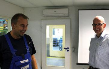 Dr. Thorsten Stoltenhoff (links) in seinem wöchentlichen Meeting mit der Abteilung Thermisches Spritzen