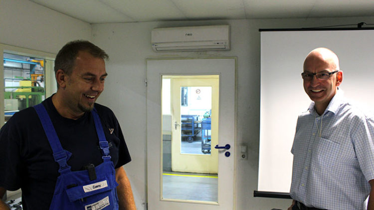 Dr. Thorsten Stoltenhoff (right) at his weekly meeting in the department Thermal Spraying